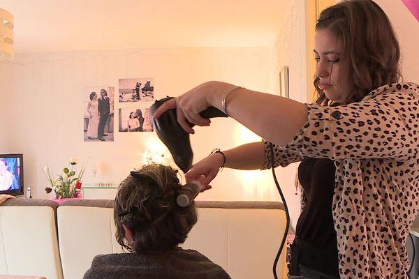 A partir de ce lundi 2 novembre, les coiffeurs à domicile ne pourront plus travailler. Ici, Elise Roudil coiffeuse à domicile à Nîmes depuis 7 ans.