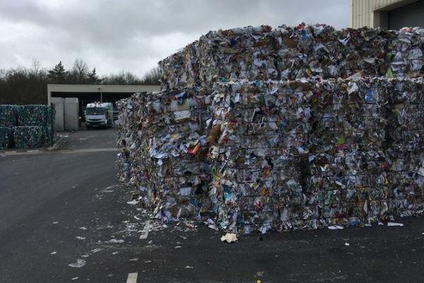 Des tonnes de papier doivent être stockées à l'extérieur des bâtiments du centre de tri ATRION de Mornac en Charente.