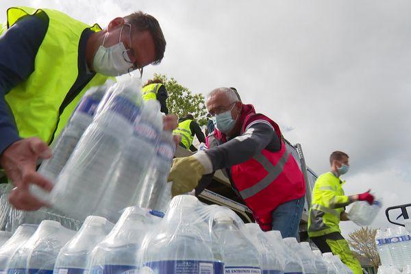 Distribution d'eau dans le Sud-Finistère ce mardi 4 mai 2021, faute d'eau potable au robinet.
