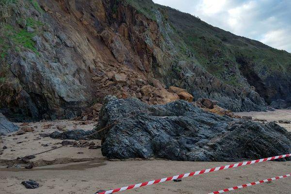 Suite aux intempéries de ces derniers jours, un morceau de la falaise s'est écroulé sur la plage de Carolles (Manche).