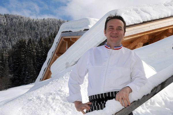 """Le chef Emmanuel Renaut pose devant son restaurant """"Flocons de Sel"""" à Megève en Haute-Savoie"""