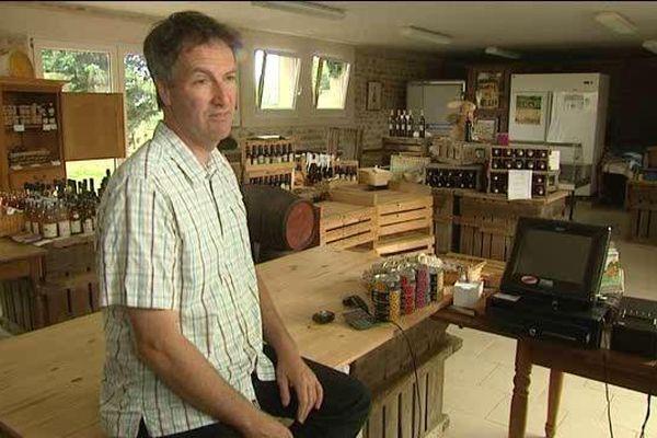 Etienne Duval dans son magasin à Amayé sur Odon