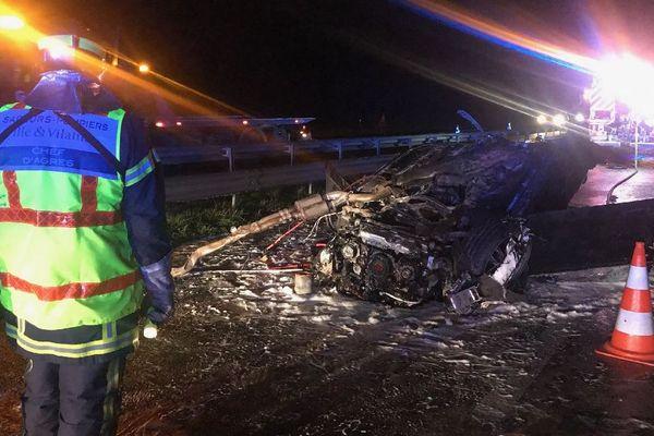 Les restes de la voiture témoignent de la violence du choc.