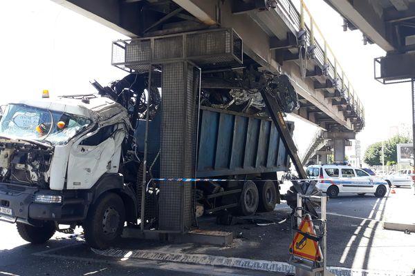 Malgré des dégâts impressionnants sur la cabine du conducteur, l'accident n'a fait aucune victime.