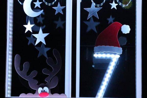 Pour le 7 décembre, ces habitants de Vaux-sur-Vienne ont décoré et allumé leur fenêtre.