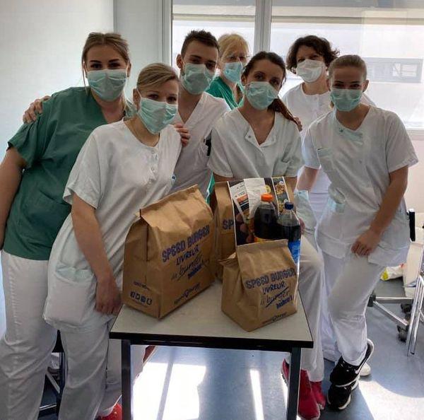 Le personnel de l'hôpital de Haguenau a reçu des burgers gratuits en signe de solidarité