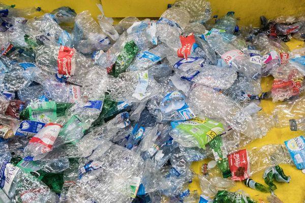 Seulement un quart des emballages plastiques sont collectés et triés afin d'être recyclés.
