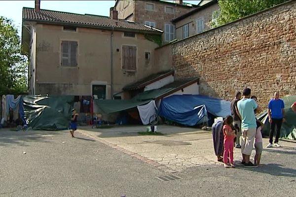 Le recoin du parking Monnier à Mâcon abrite les demandeurs d'asile dans un campement de fortune