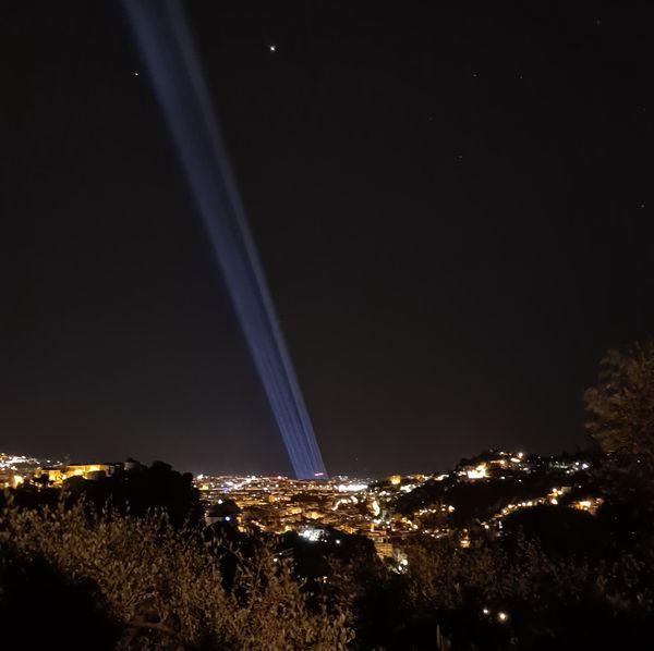 L'hommage aux victimes était visible des collines de Nice.