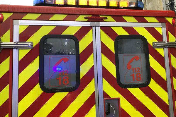 Véhicule de pompiers en intervention - image d 'illustration -