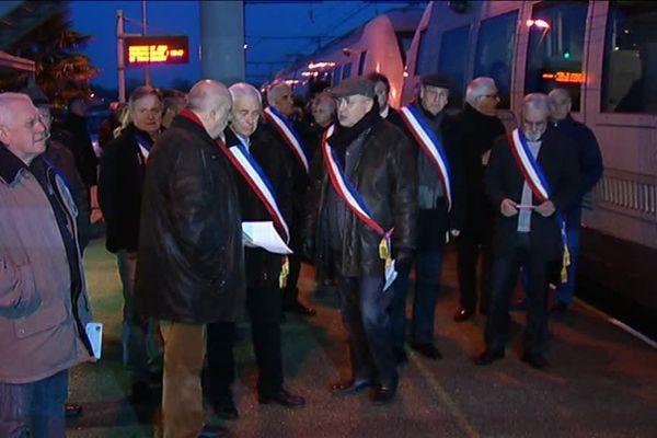 Les élus ont manifesté ce lundi 14 mars matin en gare de Beautiran en Gronde.