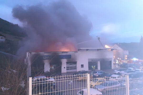 Le garage Renault à Morteau, proie d'un violent incendie ce 3 février 2021.