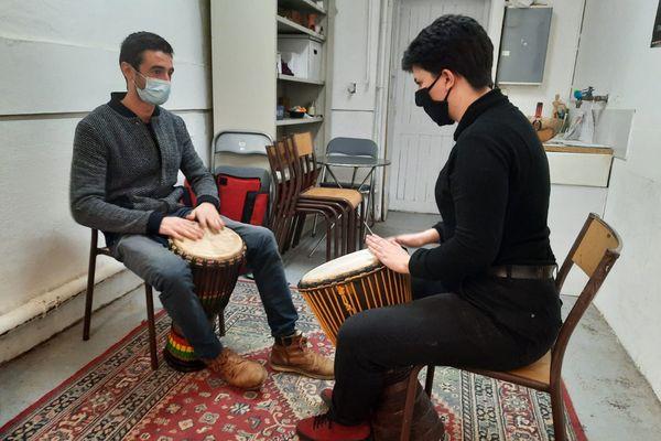 Séance de musique pour Sacha (à droite), étudiante