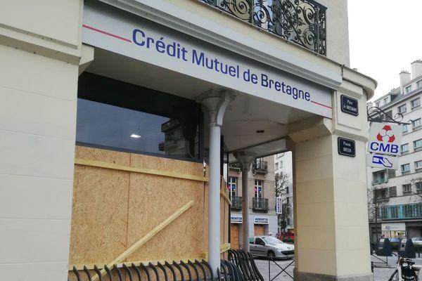 Le Crédit Mutuel à Rennes barricadé en prévision de débordements possible des manifestations