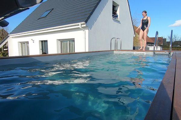 La famille Leroux peut désormais profiter de sa piscine installée dans leur jardin.