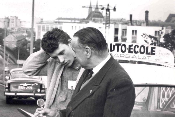 Sur la photo, Johnny Hallyday et Jean-Pamphile Barbalat son moniteur d'auto-école.
