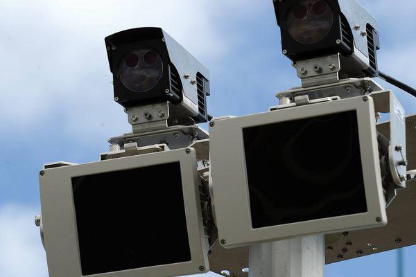 Un radar-tronçon est capable de calculer la vitesse moyenne d'un véhicule sur une longue distance.