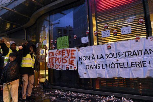 Une manifestation des salariés du secteur du nettoyage devant l'hôtel Holiday Inn, à Clichy, dans les Hauts-de-Seine, le 7 décembre 2017.