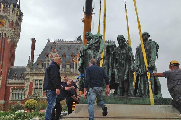 """Grutage de l'oeuvre de Rodin """"les Bourgeois de Calais"""""""