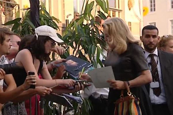 Chaque jour, des dizaines de fans se pressent devant les hôtels pour recueillir des autographes.