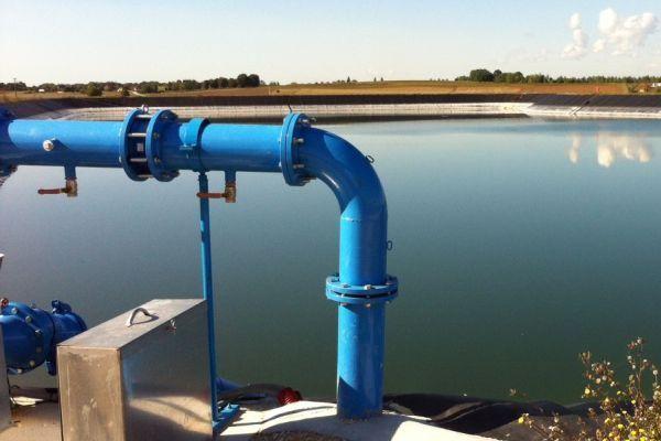 Le bassin de la Boulouze qui est implanté sur la commune de Fauverney, en Côte-d'Or, recueille les eaux pluviales qui servent notamment à irriguer huit exploitations agricoles.