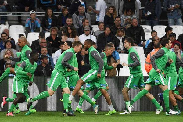 Les joueurs de l'AS Saint-Etienne s'échauffant au début de leur match contre Marseille, le 16 avril.