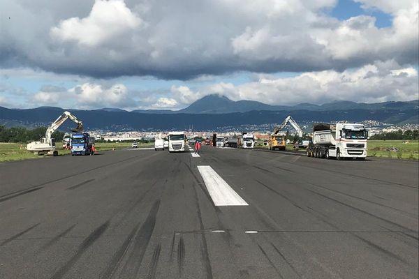 La piste de l'aéroport  de Clermont-Ferrand connaît un sérieux lifting tout le mois d'août.