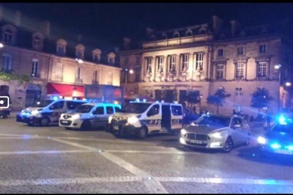 Des policiers dans leur voiture de service jeudi soir 17 juin pour manifester leur colère