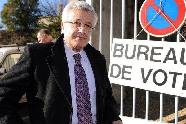 Elie Aboud devant son bureau de vote Béziers