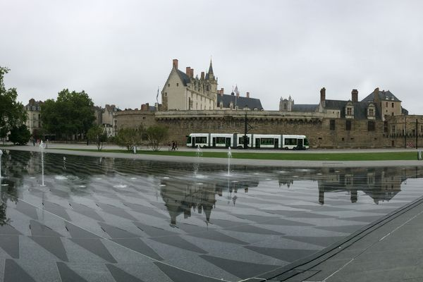 Nantes, son château, son miroir d'eau et ses tramways