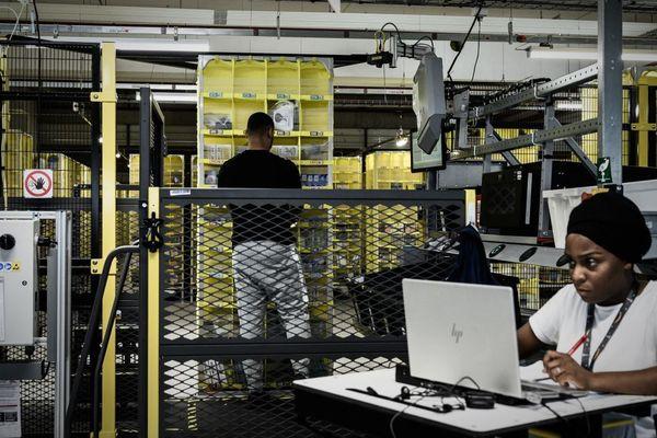 Des employés d'Amazon dans l'enceinte du nouveau centre de Brétigny, étalé sur 150 000 m2 de surface.