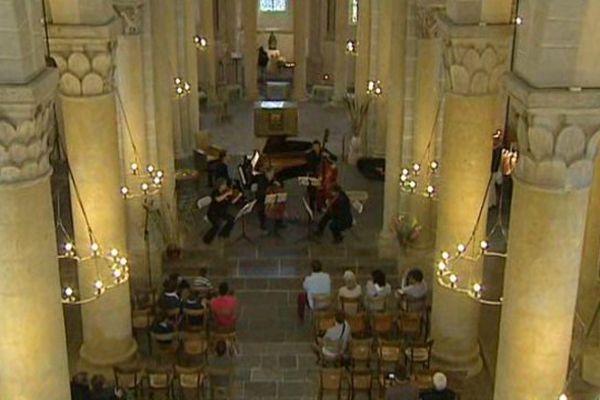 """Saint-Nectaire, l'une des cinq églises romanes """"majeures"""" d'Auvergne accueille le festival des Musicales du pays des Couzes, du 28 juillet au 16 août."""
