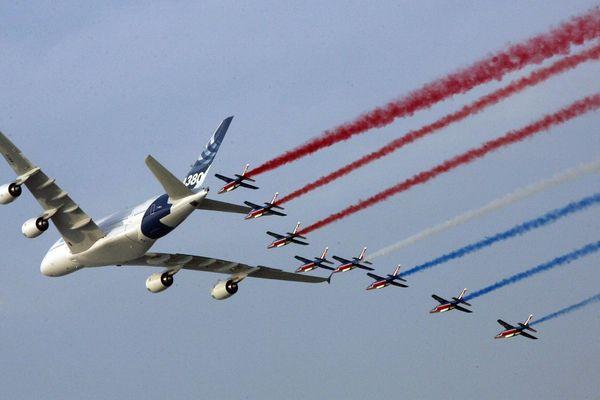 Photo d'archives Un A380 avec la patrouille de France