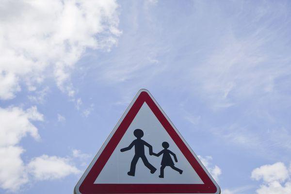 Panneau routier de danger à proximité d'une école