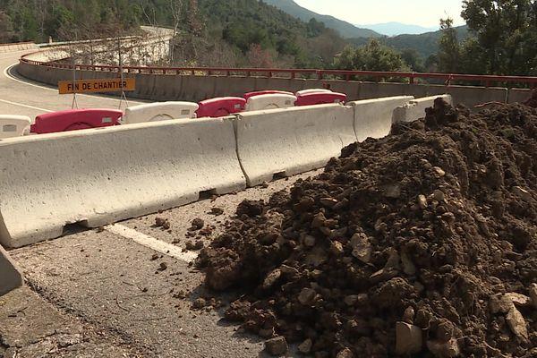 Coustouges (Pyrénées-Orientales) : des murs de terre pour renforcer les blocs de béton coupant les routes entre France et Espagne - février 2021.