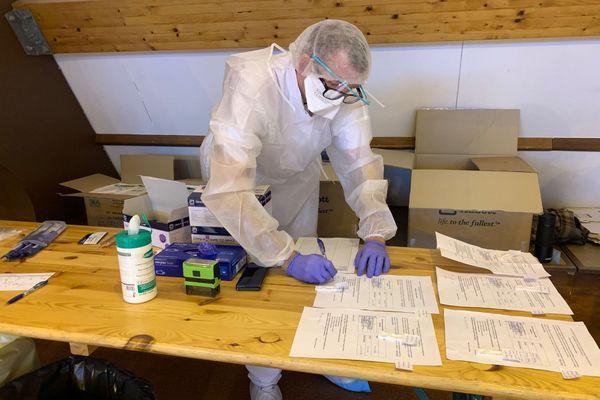 Les élèves infirmiers préparent les tests antigéniques
