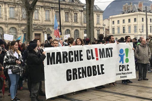 Environ 3000 personnes ont défilé dans les rues de Grenoble pour appeler à agir contre le réchauffement climatique.