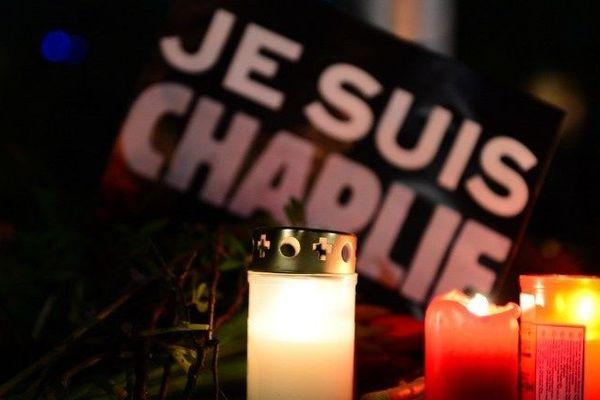 Des bougies et des fleurs ont été déposées par des passants en mémoire des victimes de l'attaque contre le siège de l'hebdomadaire Charlie Hebdo