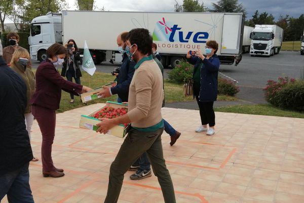 Distribution de fraises aux salariés de l'abattoir Tradival par les agriculteurs locaux