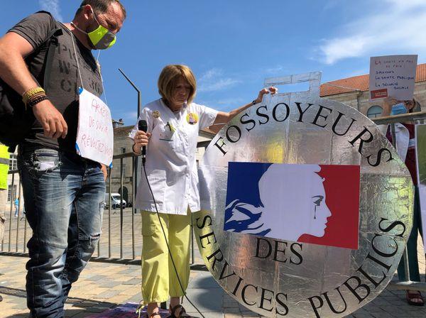 """Une médaille symbolique, décernée aux """"fossoyeurs des services publics""""."""