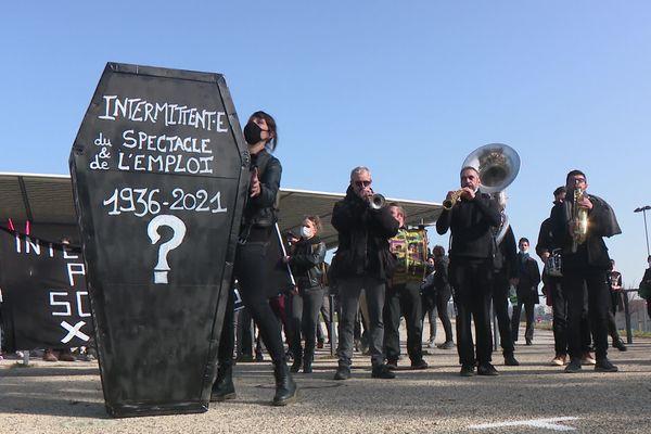 4 mars 2021 : nouvelle manifestation du monde de la culture. A Saint-Etienne, dans la Loire, près de 200 intermittents du spectacle ont participé à une marche funèbre pour exprimer leur détresse de ne pouvoir exercer leur activité depuis un an, en raison de la crise Covid-19.