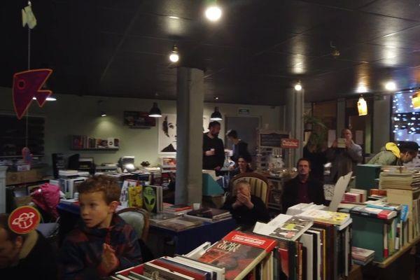 La librairie Maipiu lors d'une soirée concert