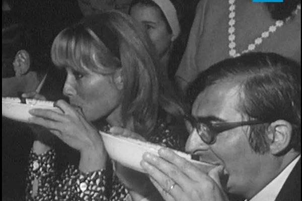 Claude Chabrol faisant chabrol à Trémolat. Le tournage du film à succès en 1969 avait révolutionné le petit village de Dordogne