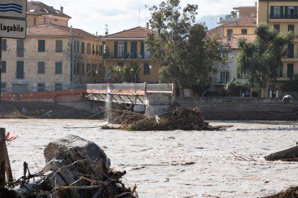 La passerelle de Vintimille a l'embouchure de la Roya a cédé.