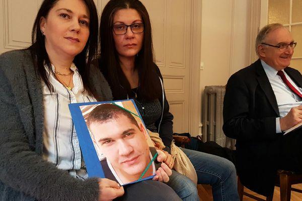 Dalila et Karima Boutvillain, avec la photo de leur frère disparu, Malik.