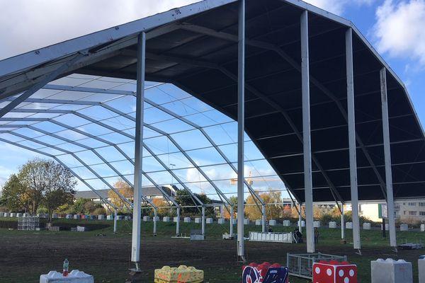 Plusieurs tentes provisoires géantes sont en cours de montage autour du Parc Expo, dans la zone du Zénith, à Caen.
