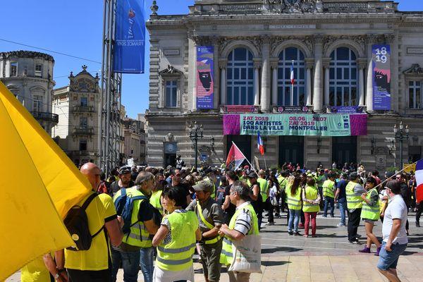 Des Gilets jaunes sur la place de la Comédie à Montpellier, le 8 juin 2019.