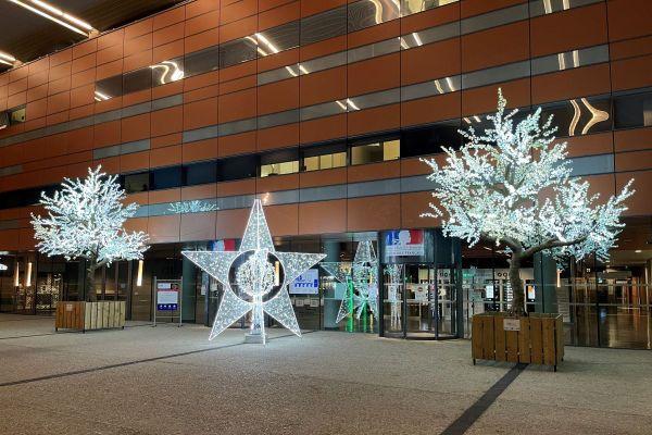 Crelight Illuminations vient de mettre à disposition du CHU de Clermont-Ferrand des décors lumineux qu'elle fabrique.