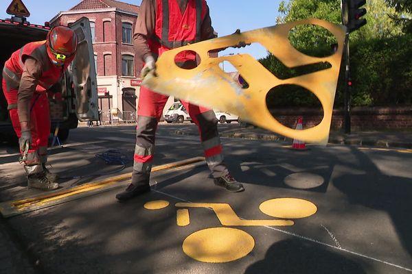 A Roubaix comme dans toute la métropole, on s'active pour refaire la signalétique de certaines voies devenues cyclables