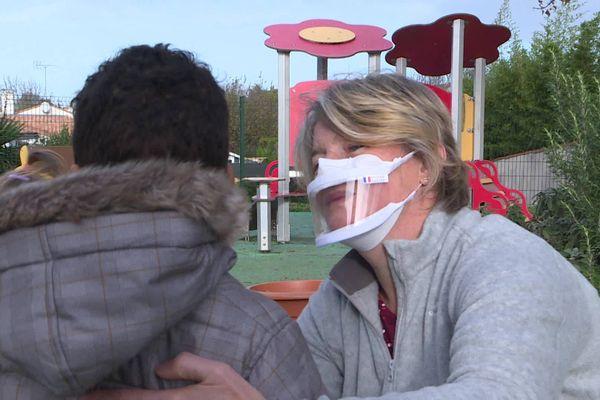 Les assistantes maternelles de Dompierre-sur-mer en Charente-Maritime ont toutes reçu des masques inclusifs transparents.
